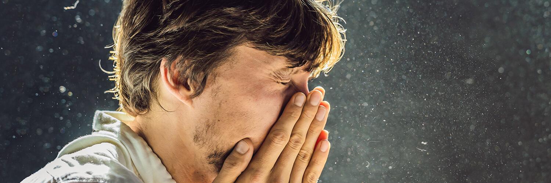 """La rinitis alérgica, también conocida como la """"fiebre del heno"""", es un grupo de síntomas que afectan a la nariz. Se presenta cuando el sistema inmunitario reacciona excesivamente a diferentes partículas del aire que se inhalan. Nuestro organismo ataca a las partículas, provocando signos y síntomas parecidos a los del resfriado como: secreción nasal, picor en los ojos, congestión, estornudos y presión en los senos paranasales."""