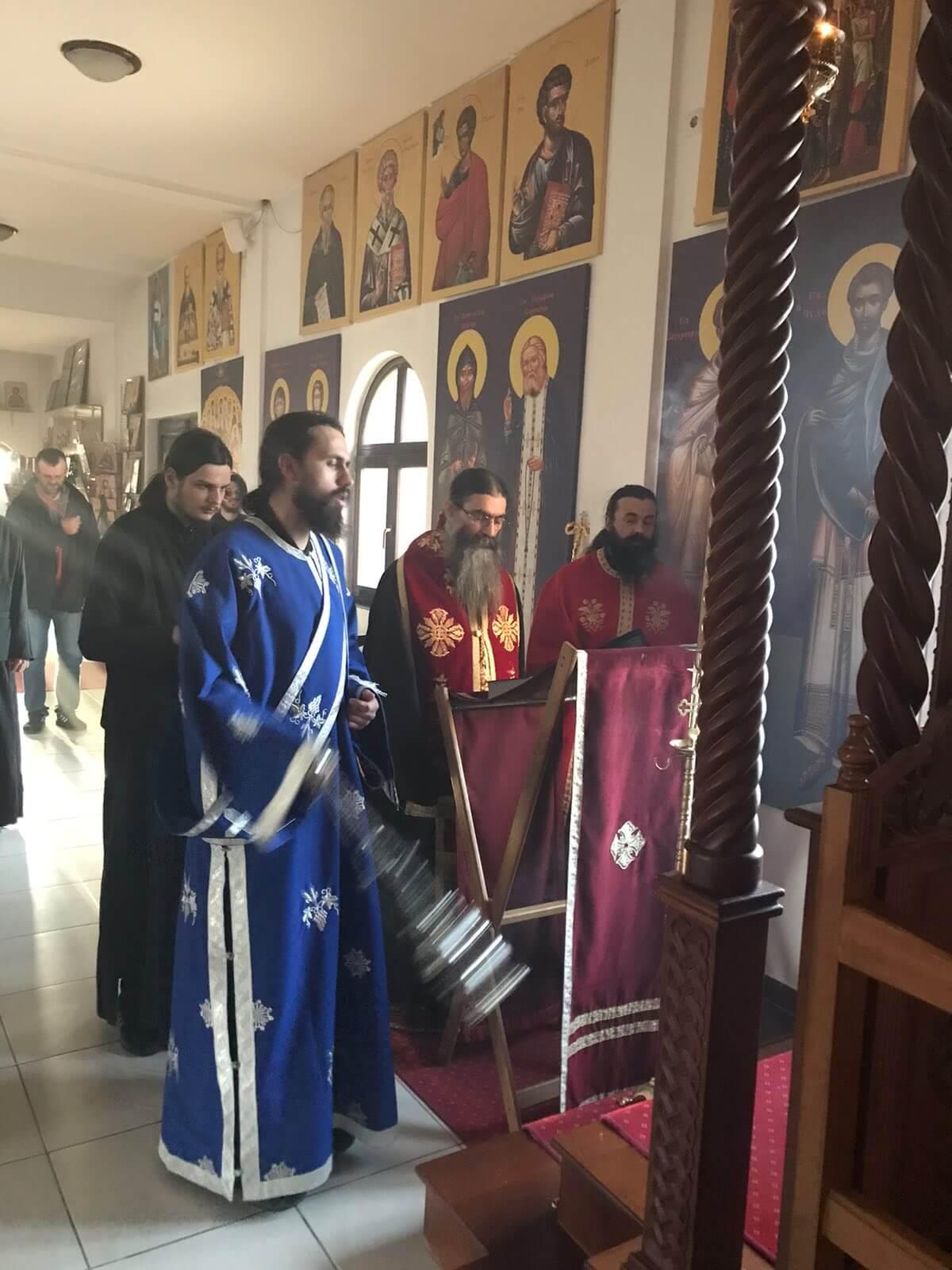 ПОЧЕО ЗВАНИЧНИ ПРОГОН ХРИСТА У СРБИЈИ: ПОЛИЦИЈА УПАЛА У ПОРТУ МАНАСТИРА У БАРАЈЕВУ ПРИЈЕТЕЋИ ВЈЕРНИЦИМА ДА ЋЕ ИХ ОДВЕСТИ У ИЗОЛАЦИЈУ НА САЈАМ!