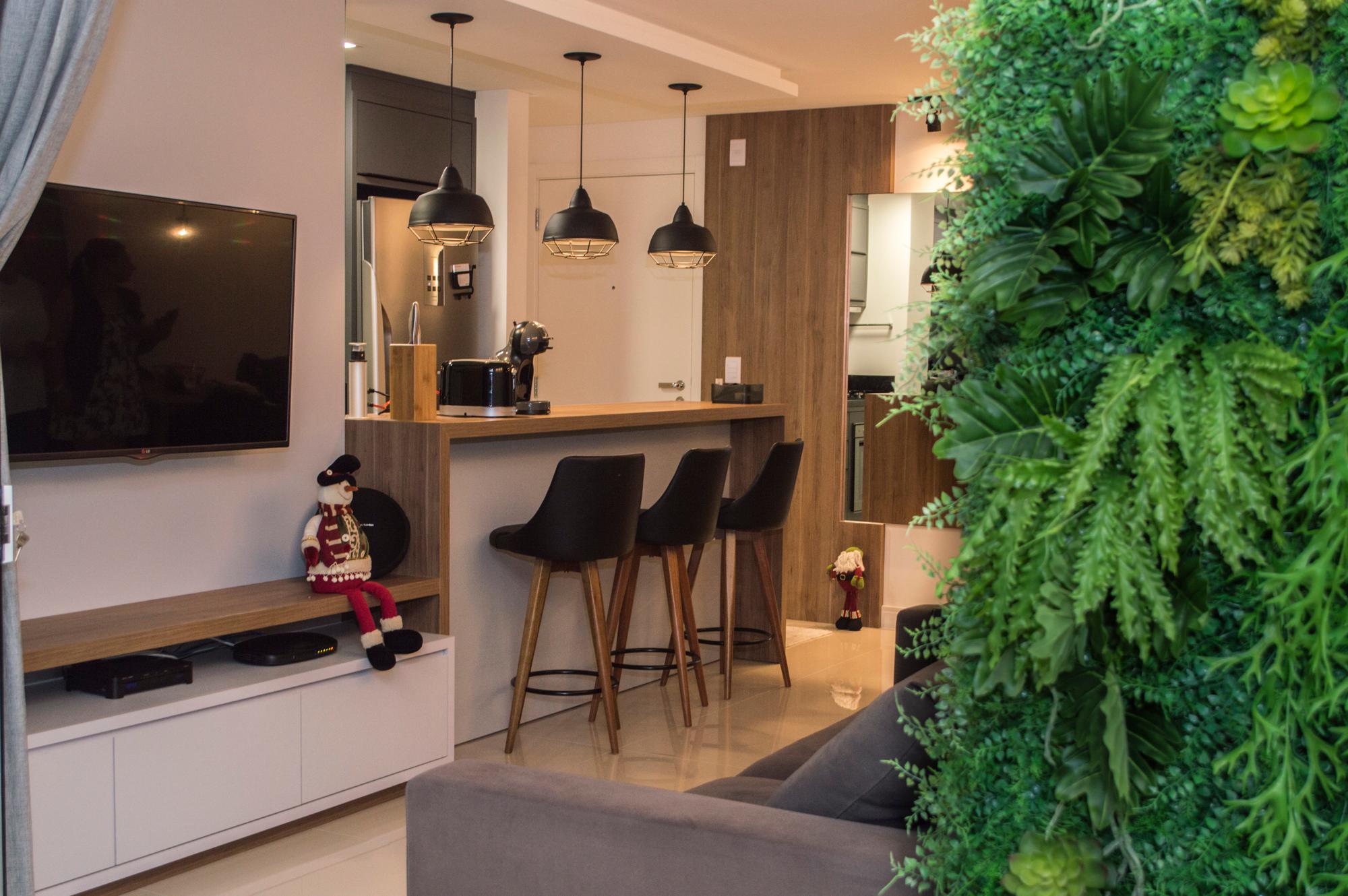 Sala de estar de um apartamento com visão para o balcão da cozinha