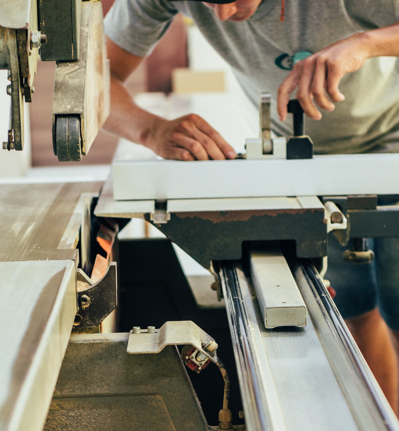 Funcionário da Spézia usando um maquinário de corte