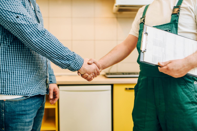 Cliente apertando a mão de um funcionário