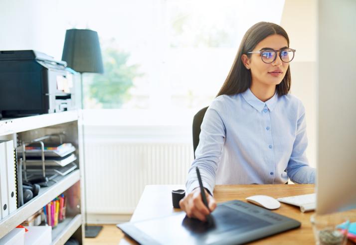 Mulher trabalhando com seu computador