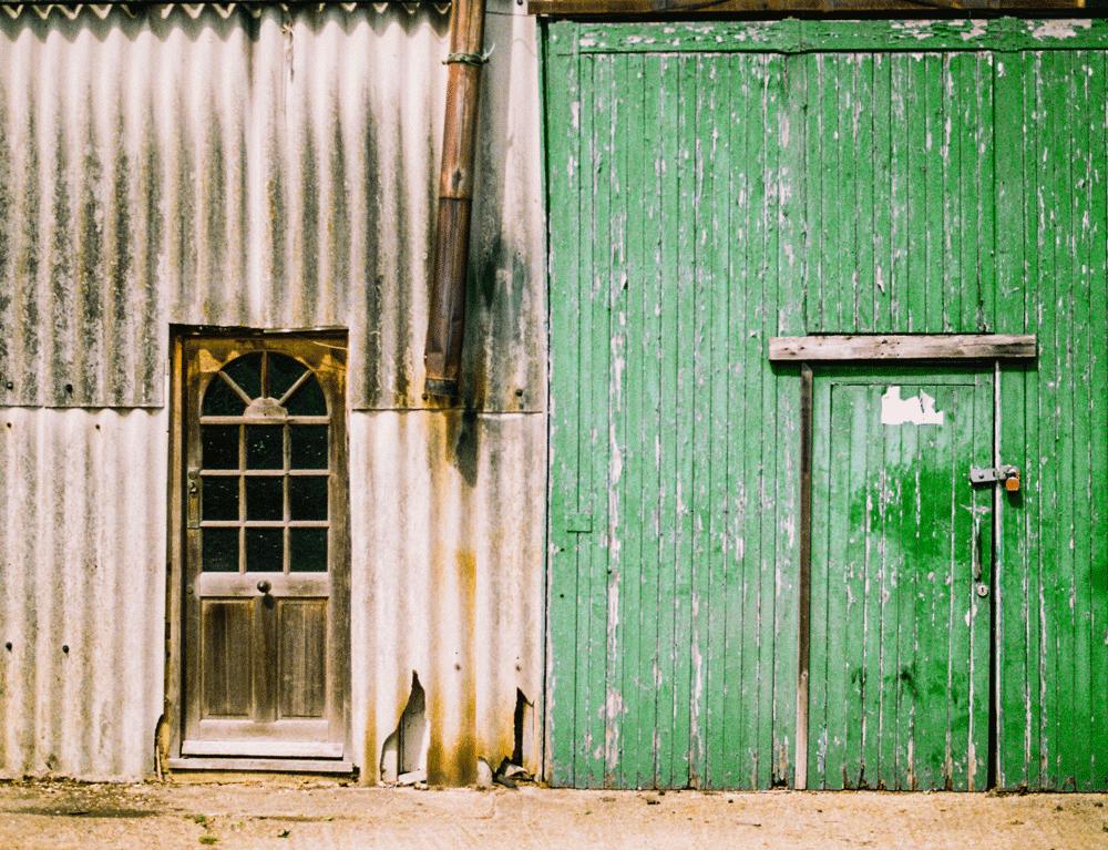 Imagem de duas portas, uma ao lado da outra
