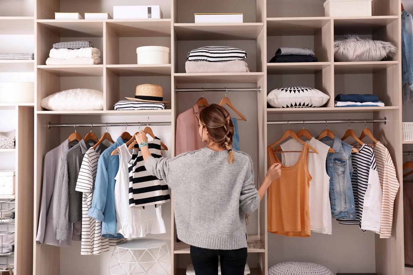 Foto de uma mulher arrumando o closet