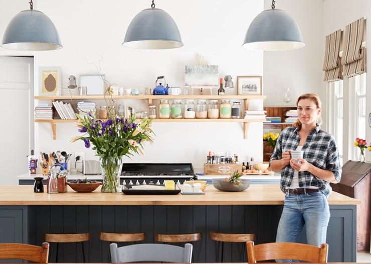 Mulher admirando sua cozinha