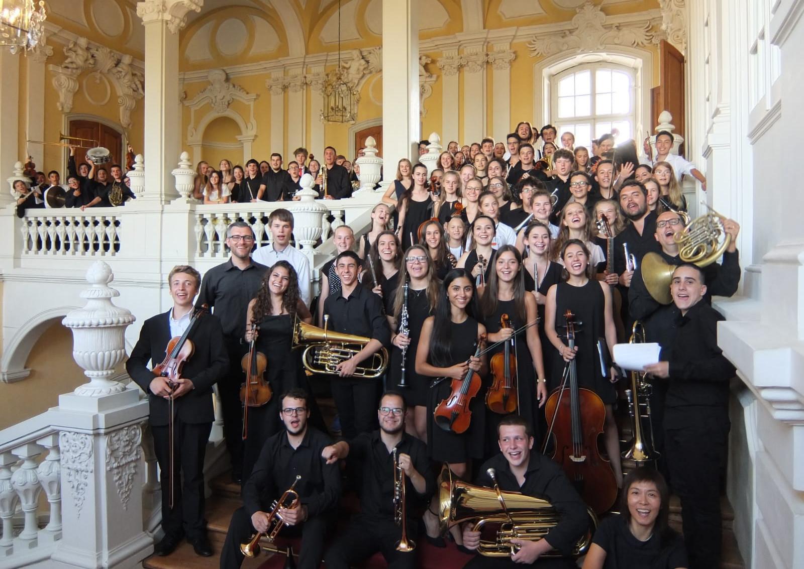 Jugendliche mit Instrumenten in Schloss Rundale