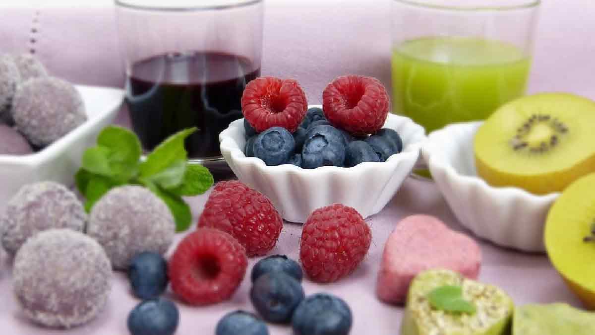frutta di stagione con sullo sfondo degli estratti