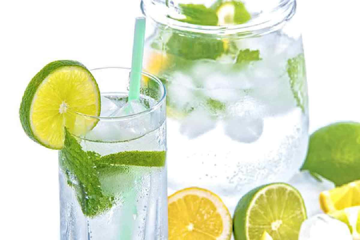 una limonata con menta ripresa con caraffa e bicchiere in primo piano