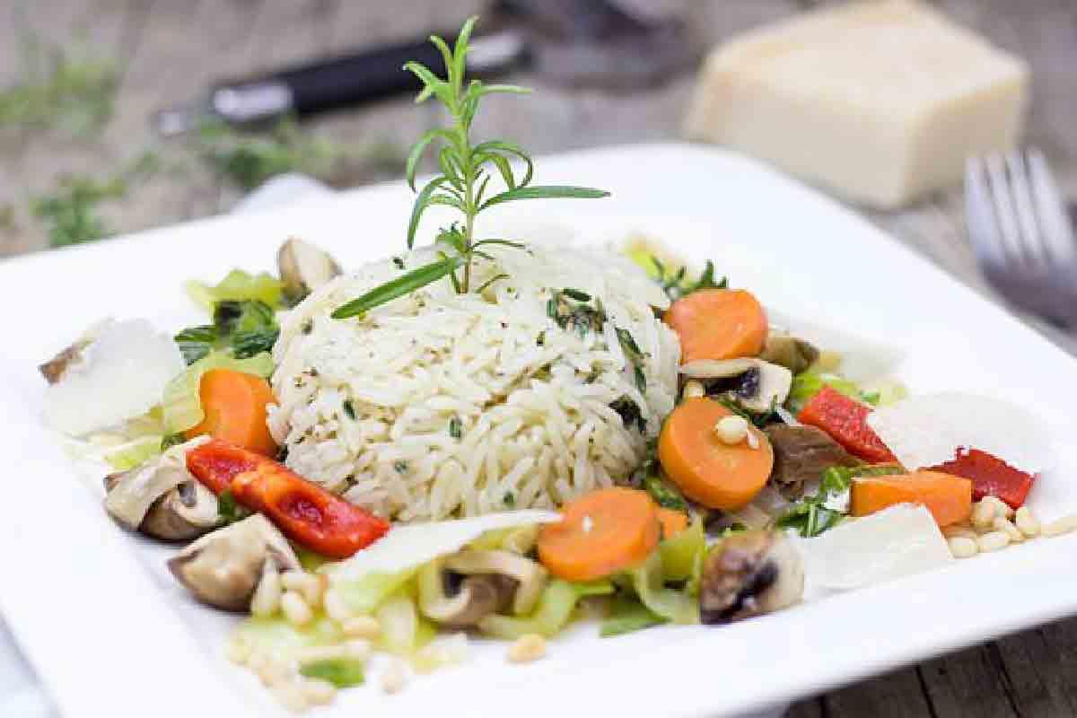piatto di riso con verdure in primo piano