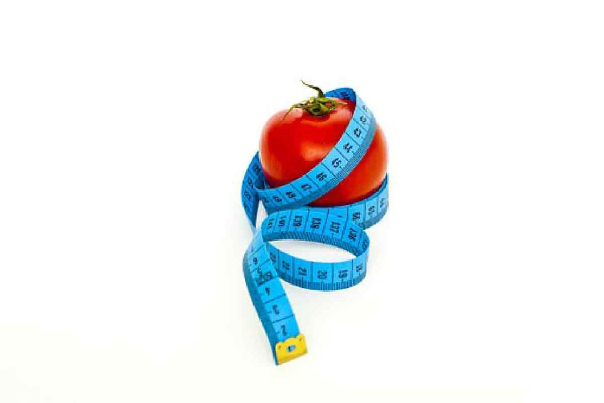 una mela circondata da un metro azzurro