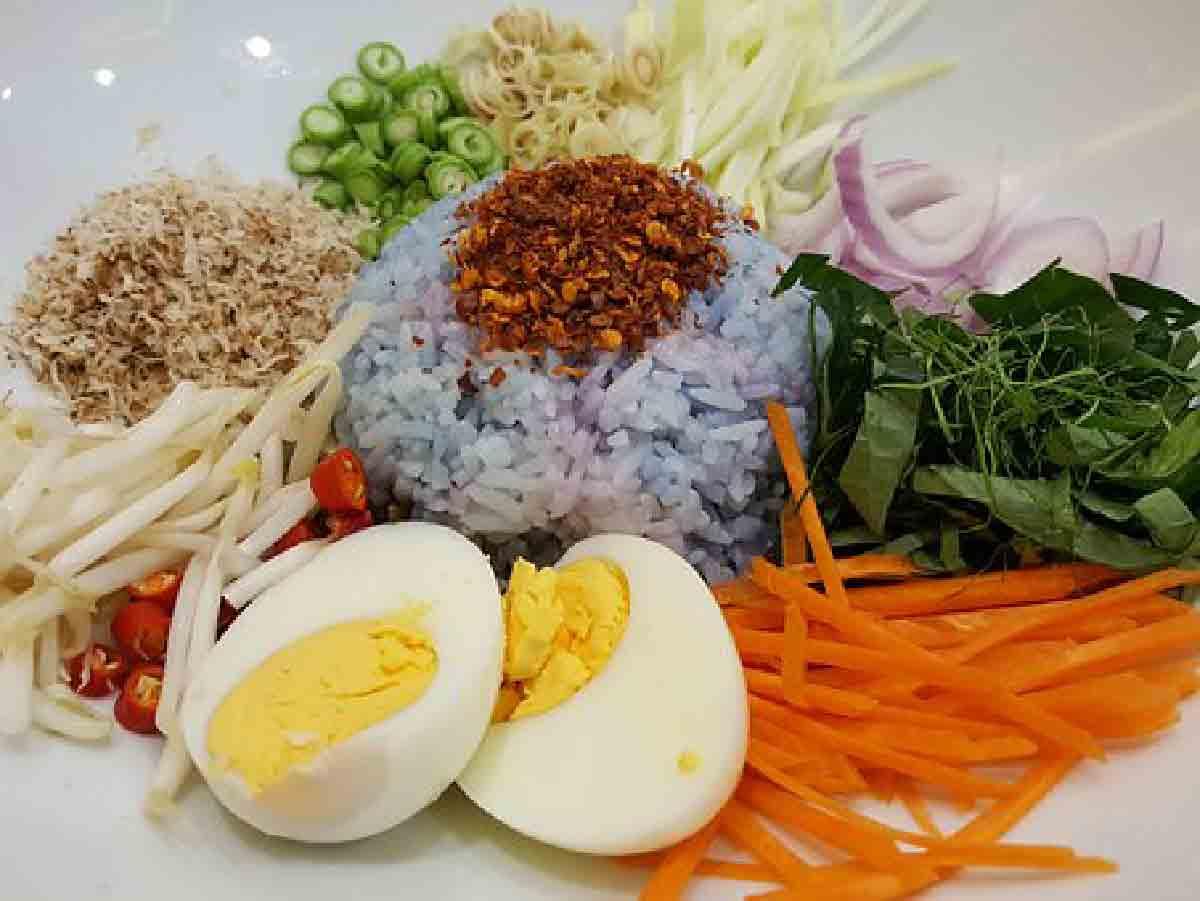 piatto di riso con verdure e spezie miste
