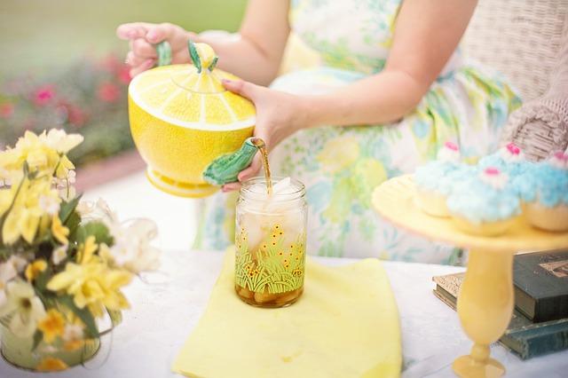 una donna viene ripresa mentre versa una limonata
