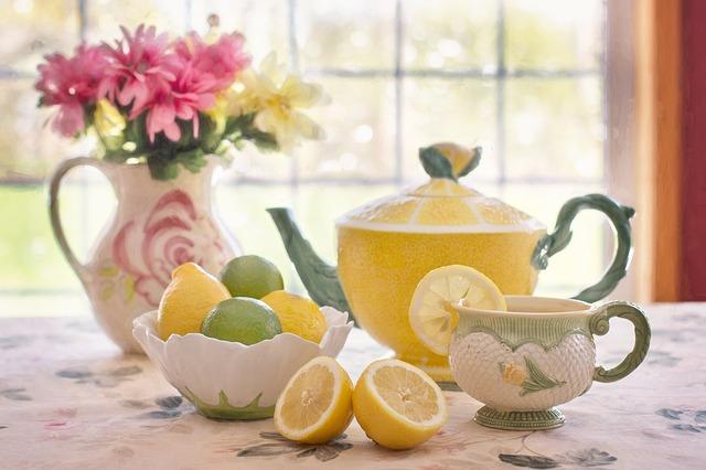 limoni ripresi in primo piano con un set da thè a tema
