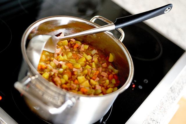minestrone di patate e fagioli ripreso in pentola