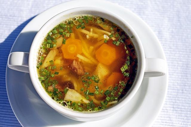 minestrone ripreso in una tazza bianca