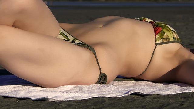 donna in bikini ripresa in primo piano