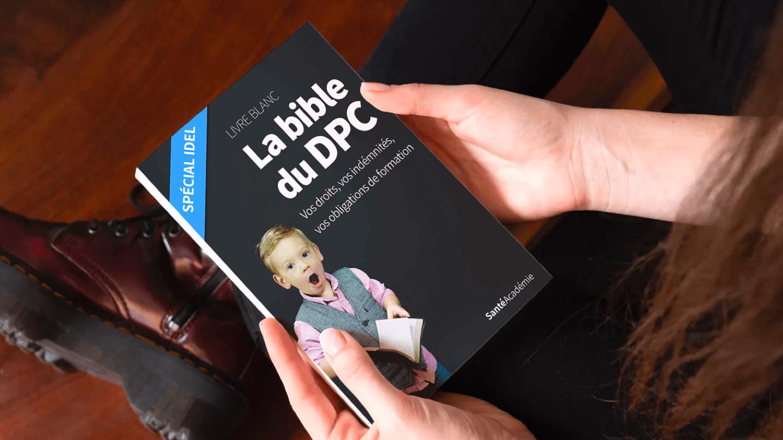 """Femme assise et tenant le livre blanc """"La bible du DPC"""" écrit par Santé Académie"""