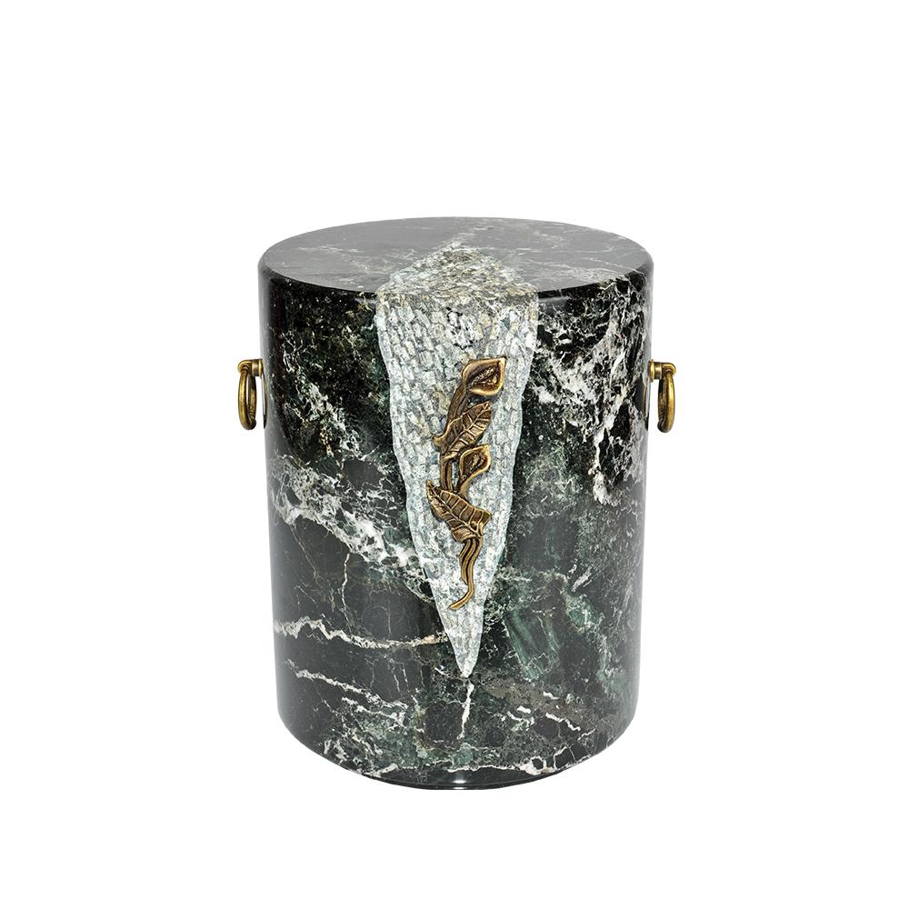 Urna kamienna ze zdobieniem