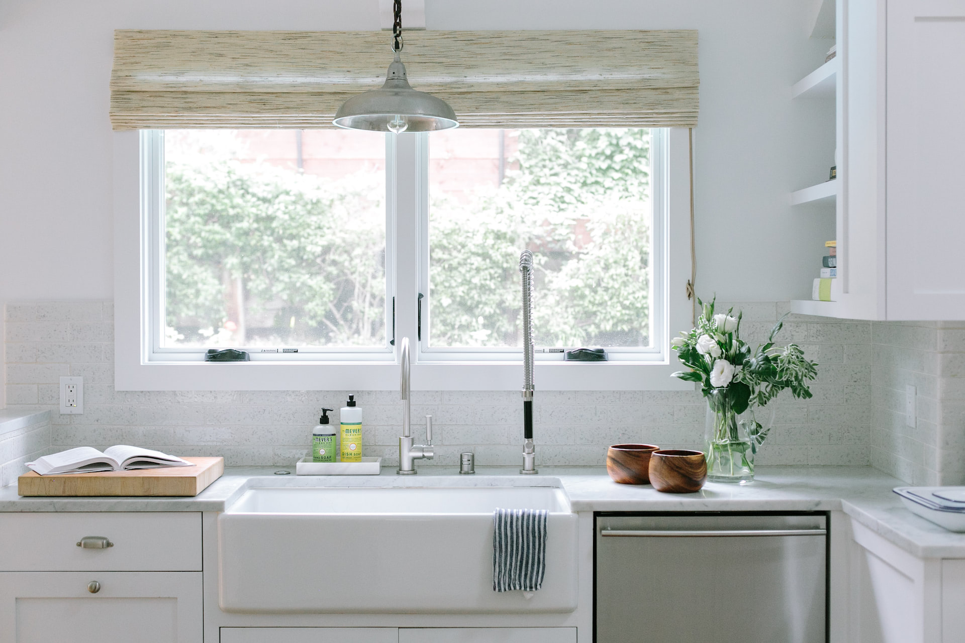 A kitchen with custom woven woods on a window over the sink | Everhem