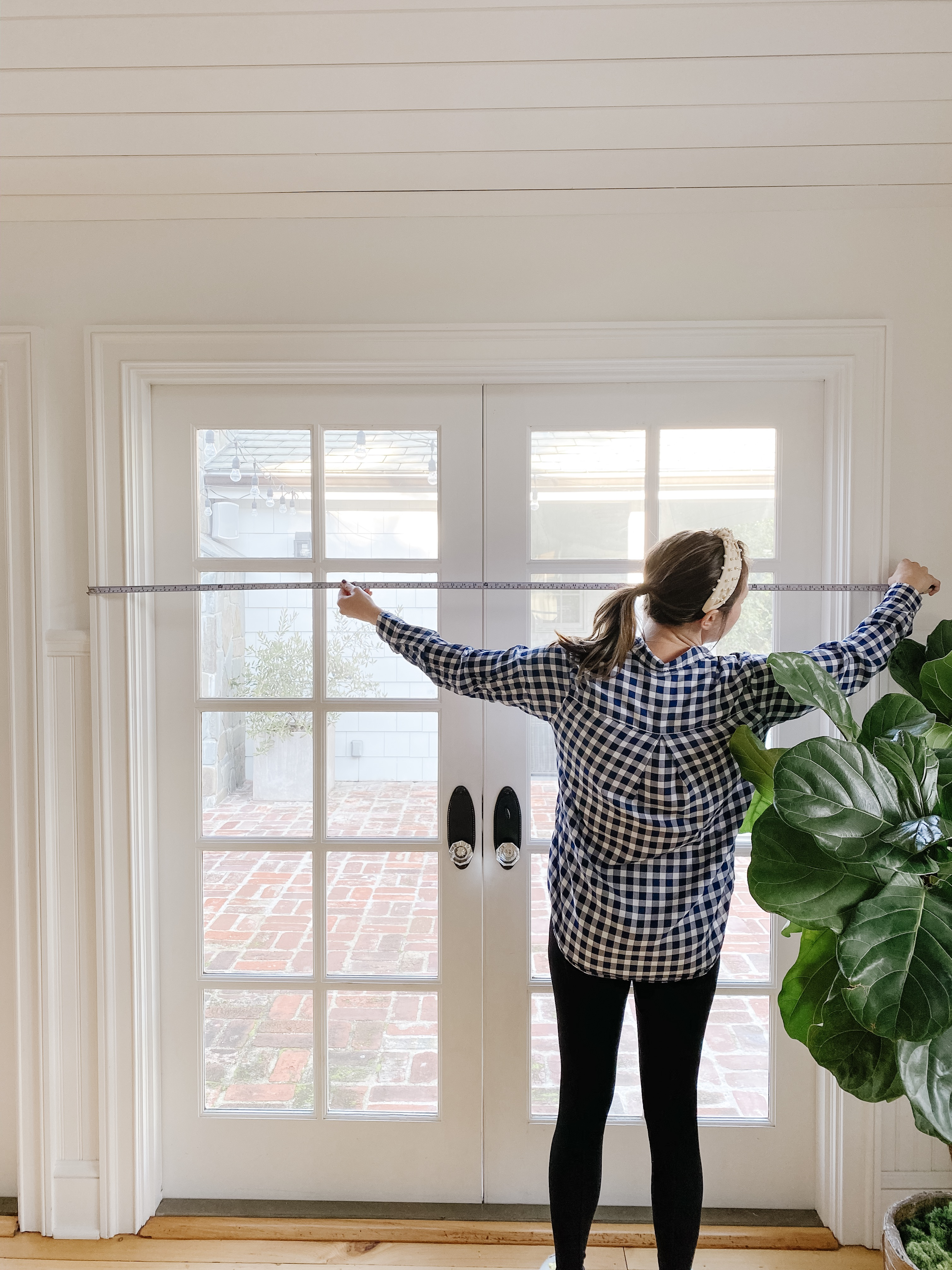 Everhem design professional demonstrates how to measure windows width for drapery