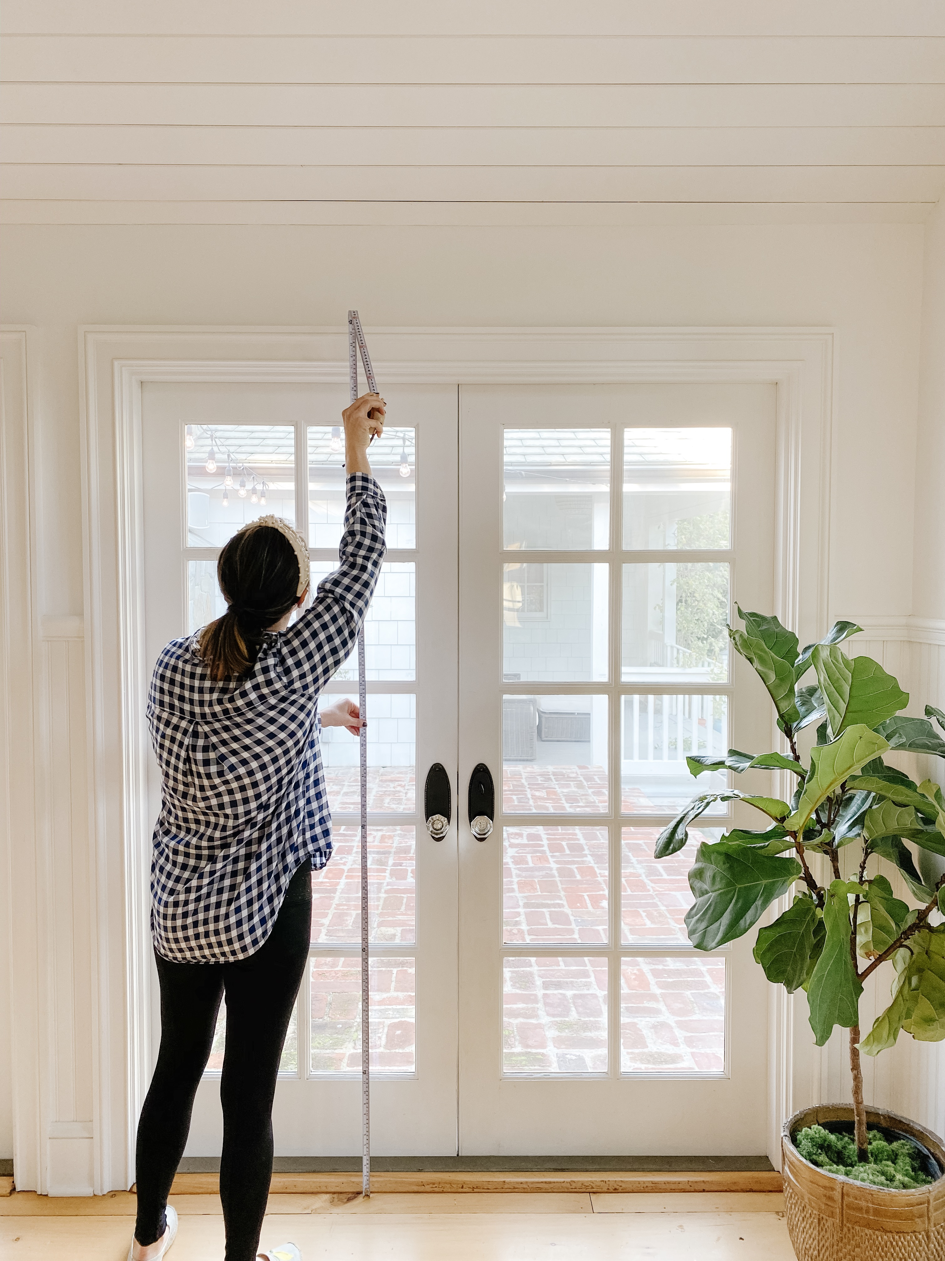 Everhem design professional demonstrates how to measure windows height for drapery