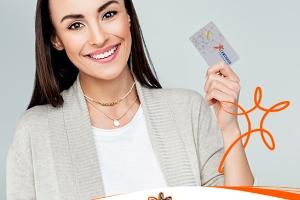 Imagem de uma modelo segurando o cartão da Certsign