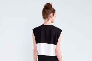 Moça de costas com um vestido preto e branco da marca Básico