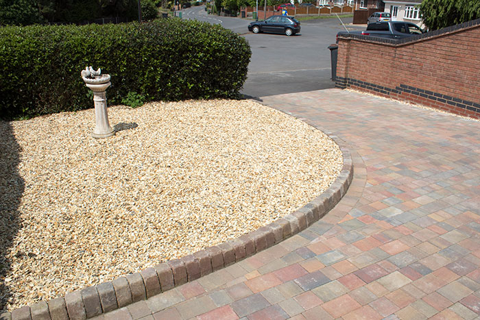 Autumn mix pencil edge driveway with autumn mix K.L kerb sets and a golden gravel area.