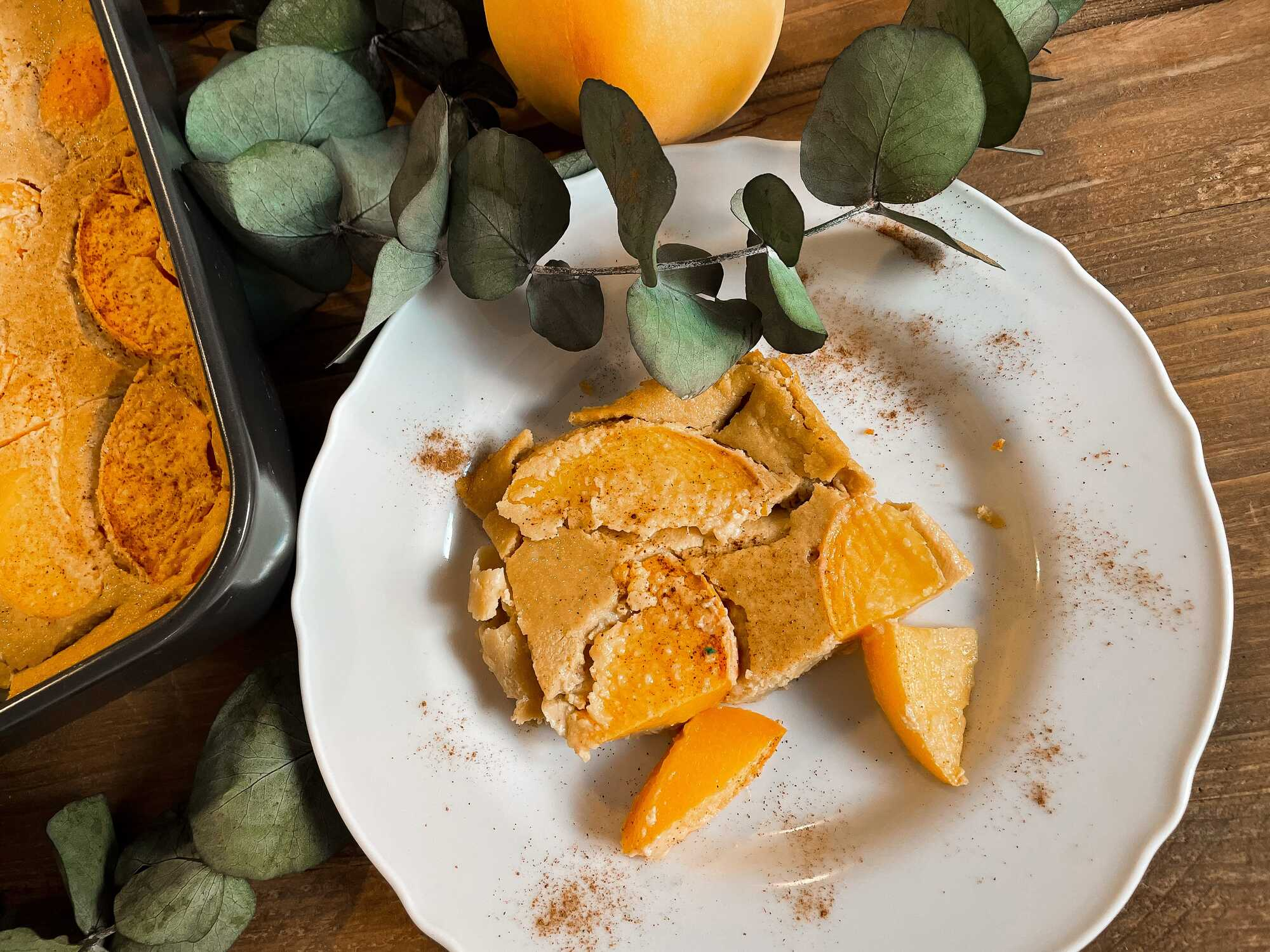 Le Cuajada après cuisson prend la couleur des pêches (jaune-orangé). Présenté dans une assiette creuse , il est coupé en morceaux inégaux.