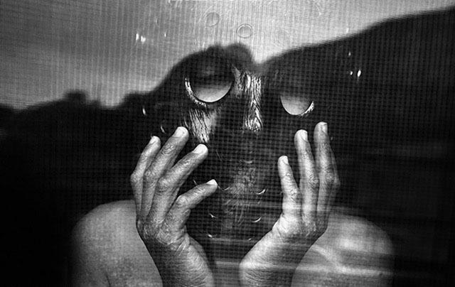 Alex med en svart mask över ansiktet.