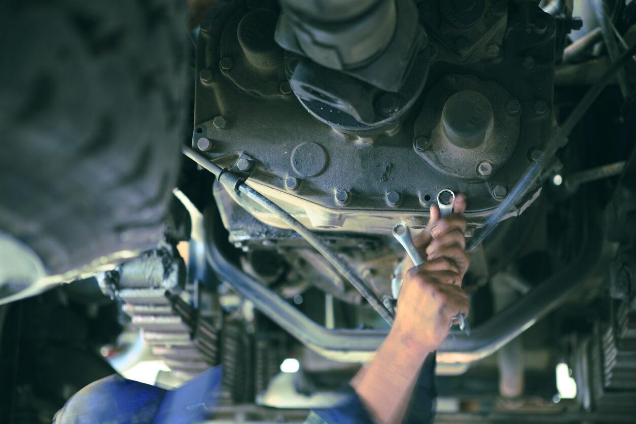 Fordonsservice med tillbehör samt vägutrustning. Kompetens inom elfordon och elektrisk fordonsutrustning.