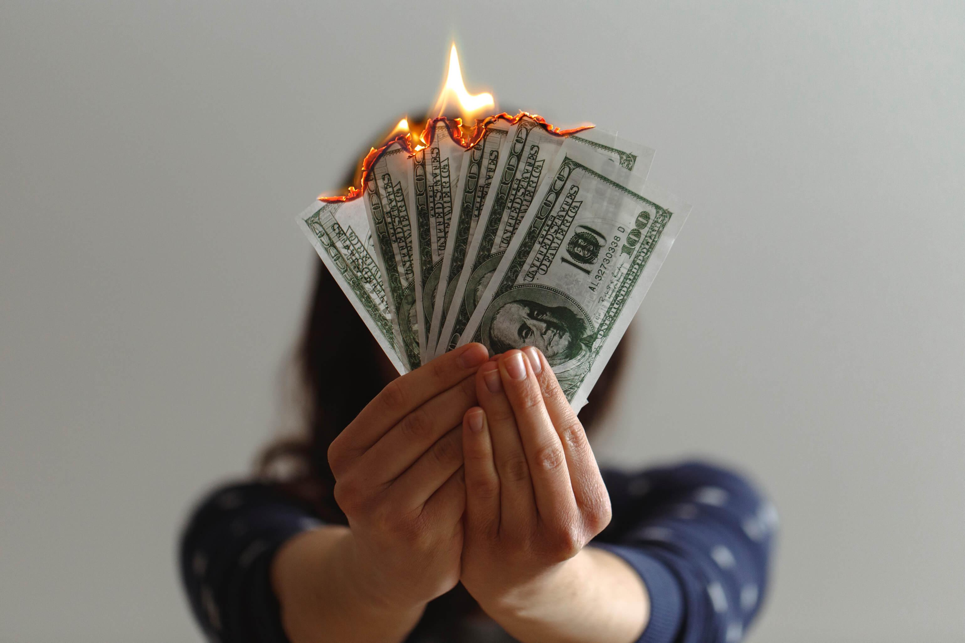 Imagen de persona quemando billetes