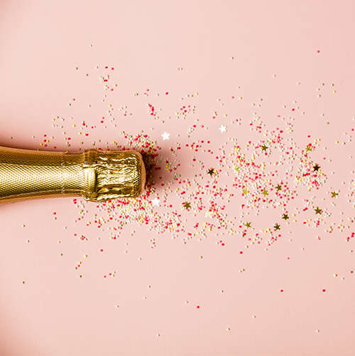 Photo Champagne on pink background