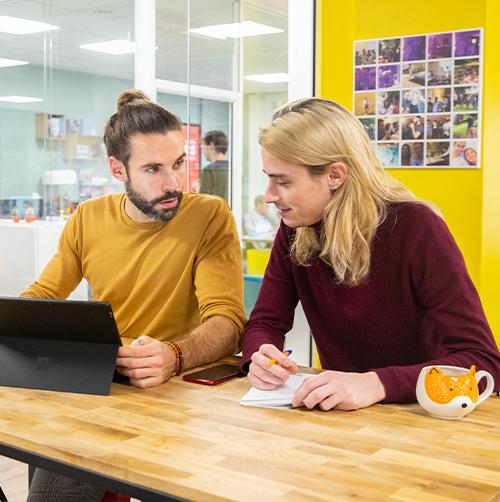Photo groupe de personne travaillant devant un tableau de croquis et graphiques
