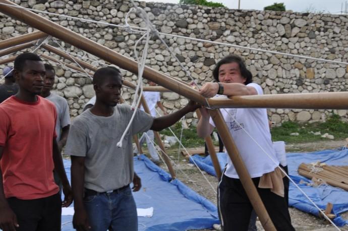 Ban mocuje papierową konstrukcję schornienia dla ofiar trzęsienia ziemi na Haiti © Shigeru Ban Architects Paper Emergency Shelter for Haiti, 2010, Port-au-Prince, Haiti
