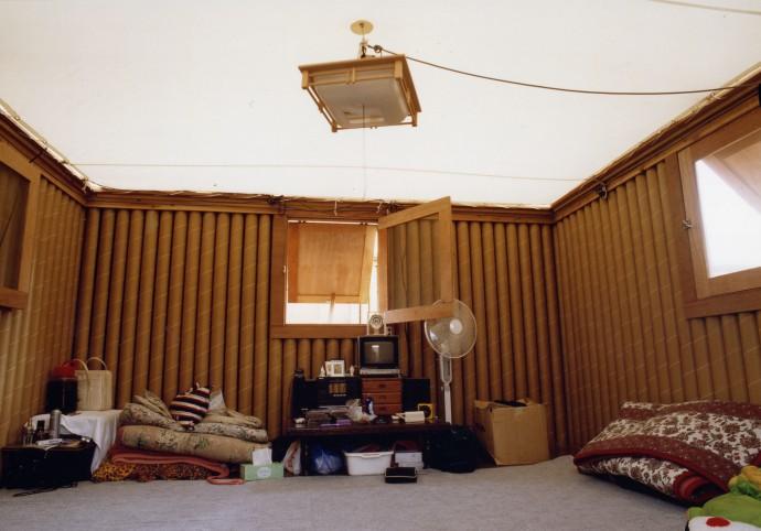Wnętrze papierowego domu zbudowanego w Kobe w 1995 roku © Hiroyuki Hirai