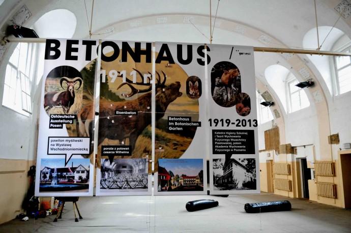 Historyczne wprowadzenie do Betonhausu, oprawę graficzną wystawy zaprojektował Piotr Zdanowicz © Maciej Krajewski vel Łazęga Poznański