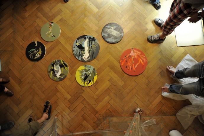 Przymiarki kompozycyjne obrazów Marianny Sztymy i kolaży Anny Pol © Magda Wolna