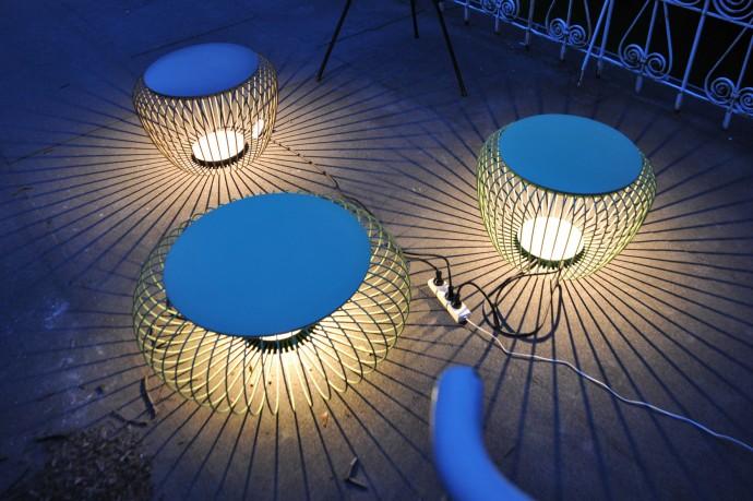 Lampy Meridiano (projekt Jordi Vilardell i Meritxell Vidal) do siedzenia na tarasie Betonhausu © Magda Wolna