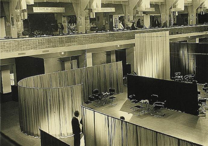 Aksamit i jedwab jako elementy definiujące powierzchnię na wystawie w Berlinie