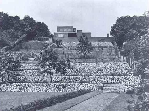 Dom stał na szczycie wzgórza położonego w dzisiejszym Parku Waszkiewicza