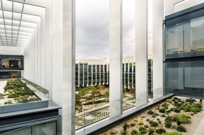 Rośliny posadzone są także na tarasach i dachach budynków © Rafael de La Hoz Arquitectos