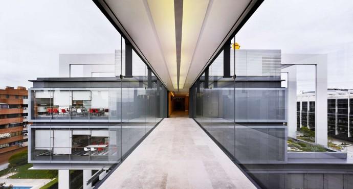 Budynek jest poprzecinany na wszystkich kondygnacjach korytarzami łączącymi pomieszczenia ogólnodostępne © Rafael de La Hoz Arquitectos