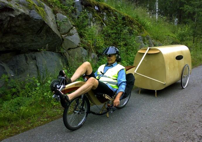 Konstruktor na zaprojektowanym przez siebie rowerze z ramą ze sklejki © Sakari Holma