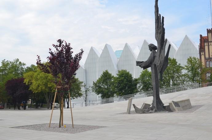 Ofiarom Grudnia 1970 roku poświęcony spiżowy pomnik anioła z cierniową koroną w dłoniach