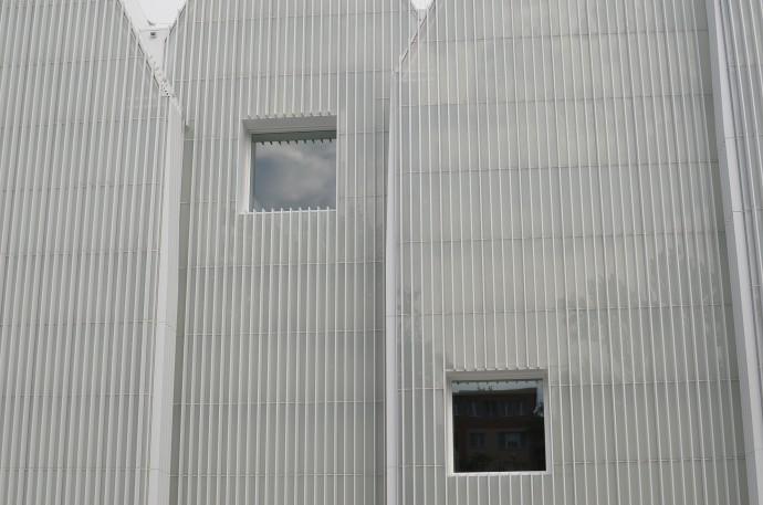 Tradycyjne okna oswajają nieco niedostępną fasadę