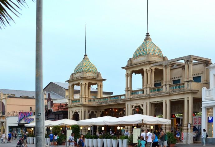 Lewa i centralna część budynku zajęta przez restaurację, prawe skrzydło – przez księgarnię © Garvest