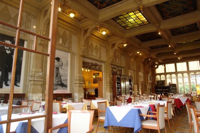 Wnętrze restauracji z przyzwoitymi menu i obsługą © ober-italien.de