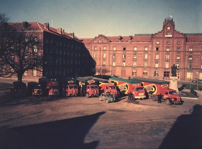 Tabor zakładowy ok. 1950 roku na tle Pałacu © familistere.com