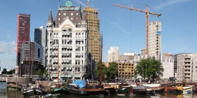 Biały Dom z 1898 roku był przez długi czas najwyższym budynkiem w Europie; po lewej Red Apple studia KCAP © architectuurinrotterdam.nl